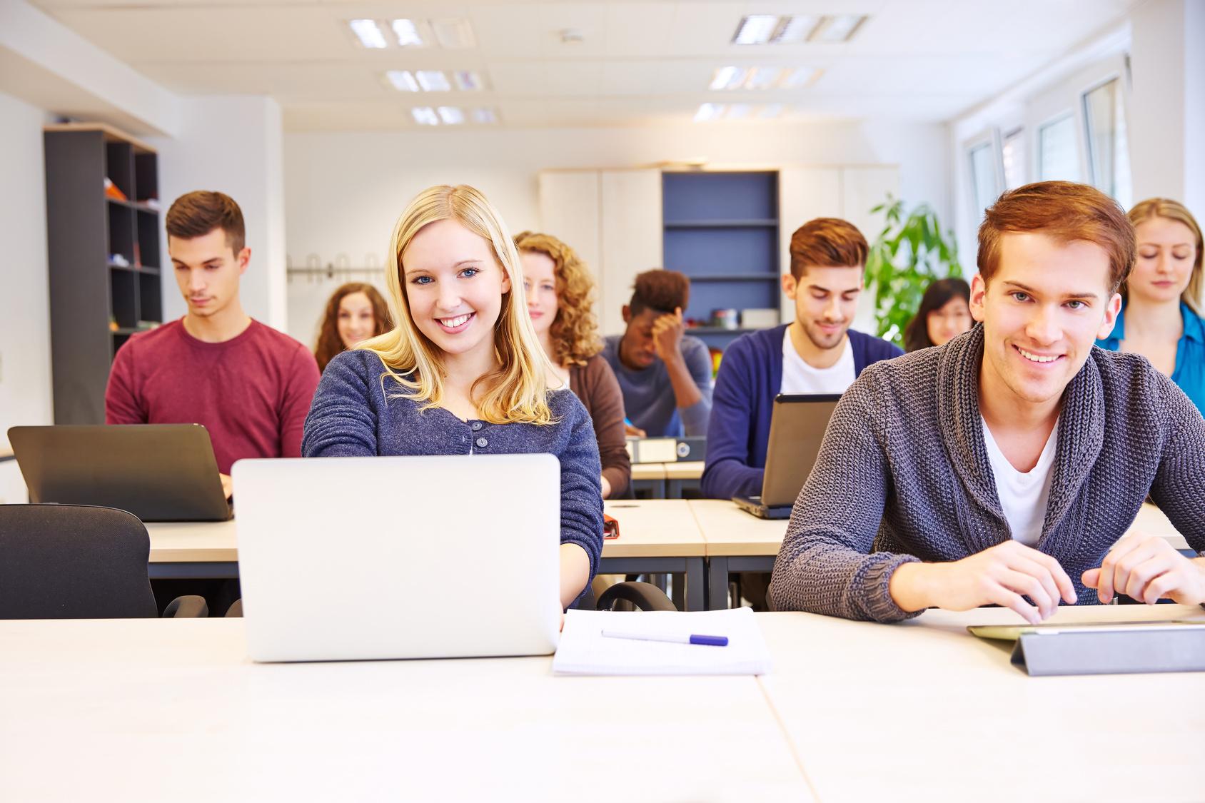 Studenten im Seminar lernen mit Computer in der Universität
