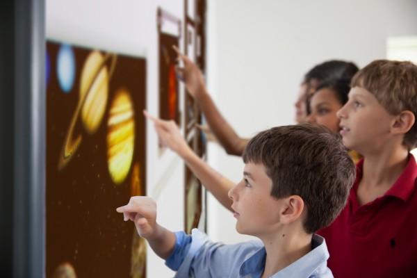 Kinder lernen interaktiv mit digitalen Medien